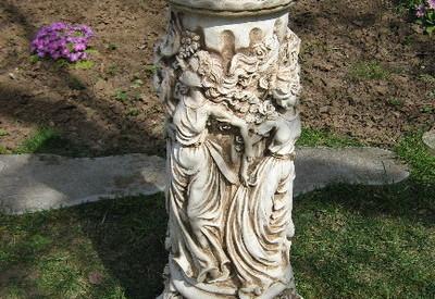 Колона с женски фигури орнаментирана