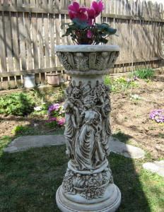 Колона с женски фигури орнаментирана 2
