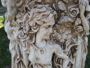 Колона с женски фигури орнаментирана 3