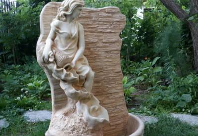 Стенен фонтан Момиче с делва