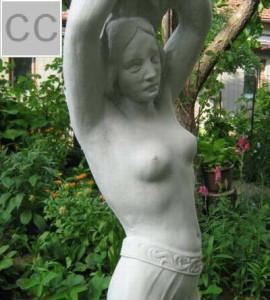 Статуя Девойка - с поставка за градина 3