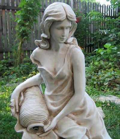 Статуя Момиче с делва 1
